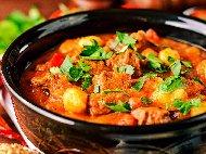 Рецепта Гювеч със свинско месо, чушки, прясна бамя и картофи на фурна по шопски